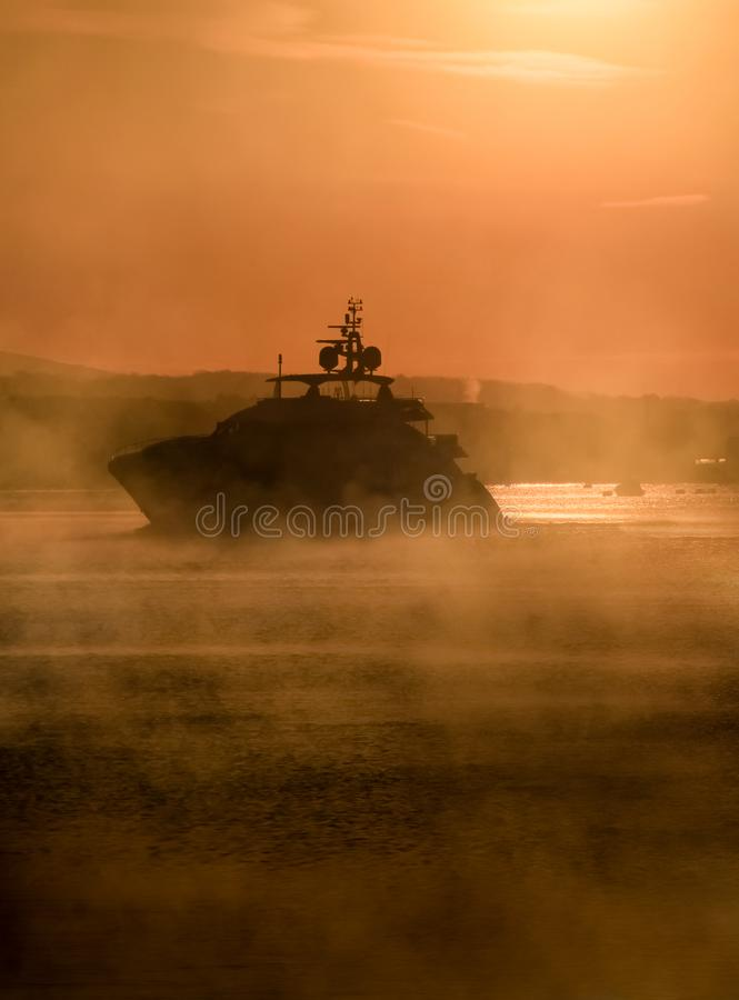 Крейсер мотора в тумане, звуке Плимута, Девоне стоковые изображения