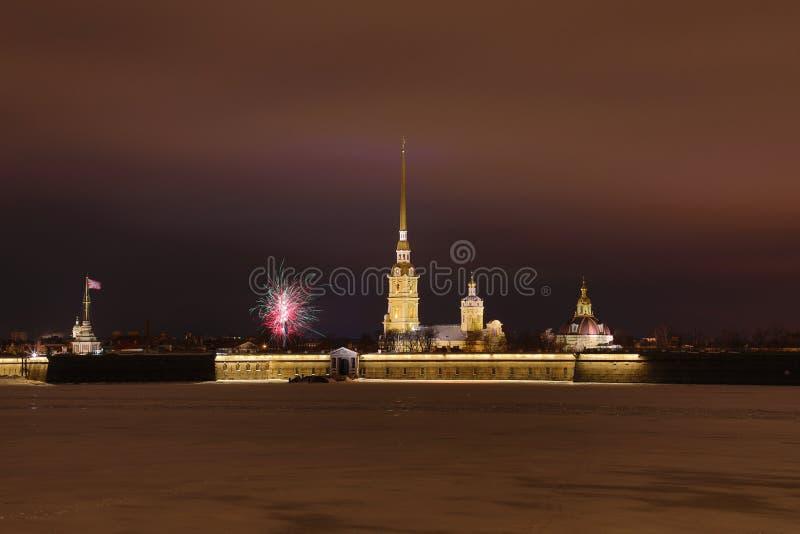 Крепость Питер и Пол Санкт-Петербурга, России в вечере или в ночи и реке Neva покрытых с льдом и снегом в t стоковые изображения