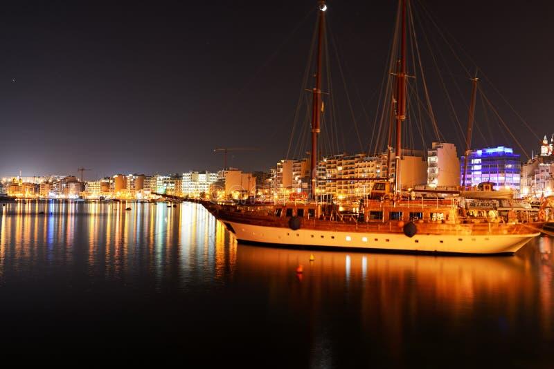Круизы Hera плавают на яхте и взгляд ночи на Sliema стоковые фото