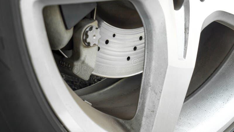 Крупный план использовал тарельчатый тормоз с колесом и copyspace сплава стоковое фото rf