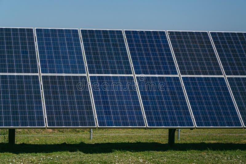 Крупный план панелей солнечных батарей, модуль photovoltaics, sourses возобновляющей энергии стоковое фото