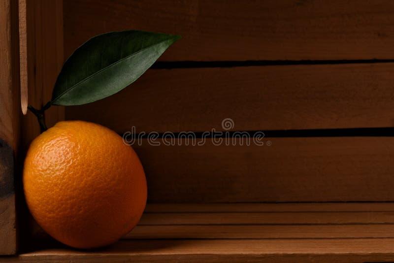 Крупный план свежего скомплектованного апельсина пупка в деревянной пакуя клети стоковое фото rf