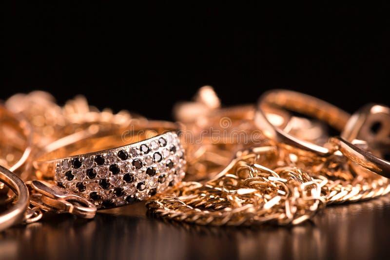 Крупный план ювелирных изделий золота стоковые изображения rf