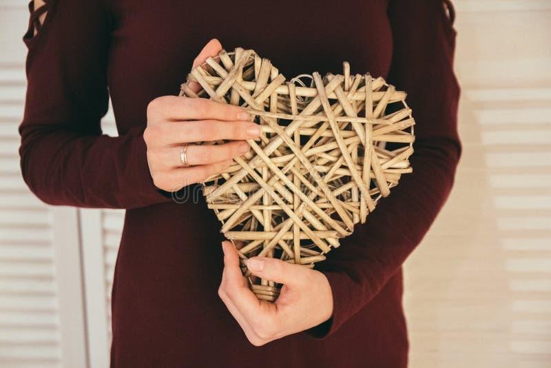 Крупный план шоу сувенира сердц-формы handmade руками женщины Символ любов навсегда сердцем вектор Валентайн иллюстрации дня пар  стоковые фотографии rf