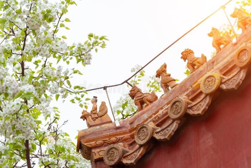 Крупный план цвести цветков и стрех груши украшенных со статуей зверей стоковые фотографии rf
