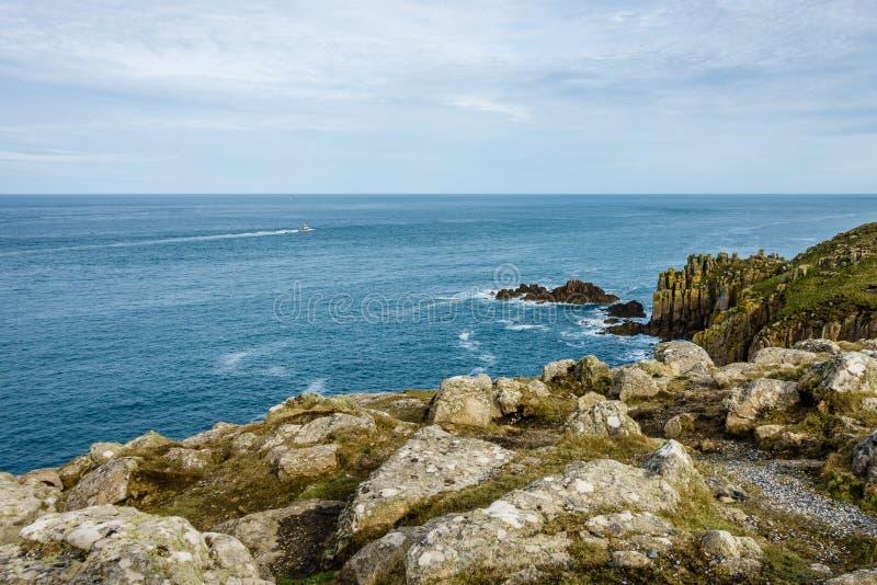 крутое побережье и маленькая лодка на горизонте стоковое изображение rf