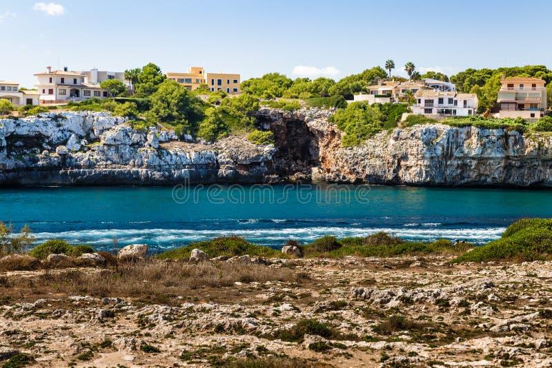 крутое скалистое побережье на противоположной стороне стоковое фото rf