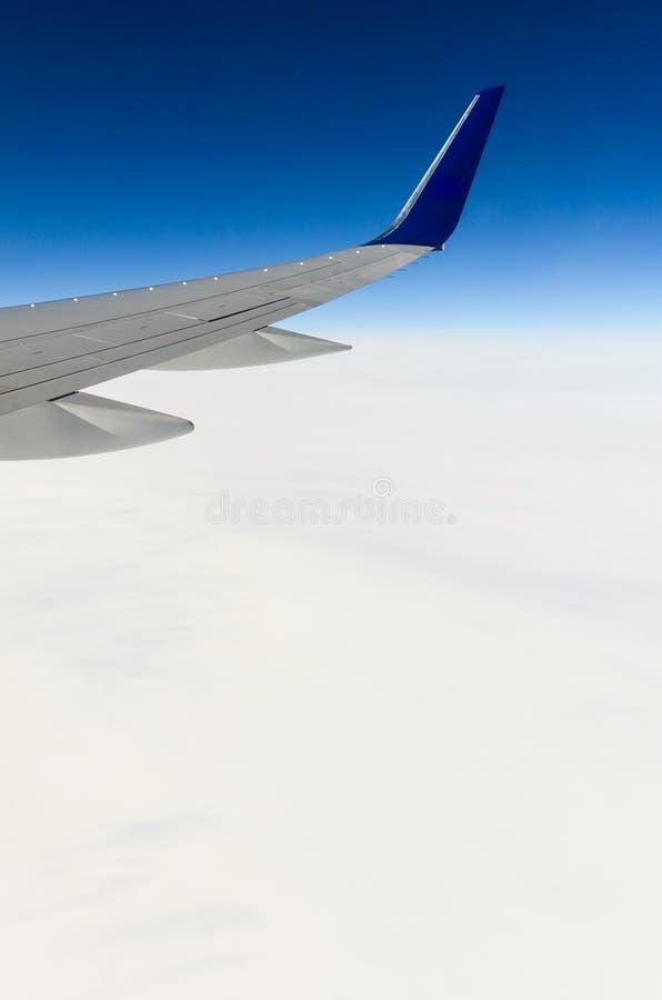 Крыло самолета над ледниками 2 Гренландии стоковая фотография