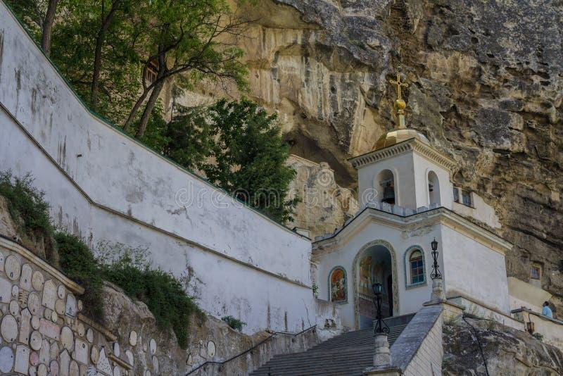 Крым, район Bakhchsarai, 24, май 2015: Святой монастырь предположения в утесе стоковая фотография