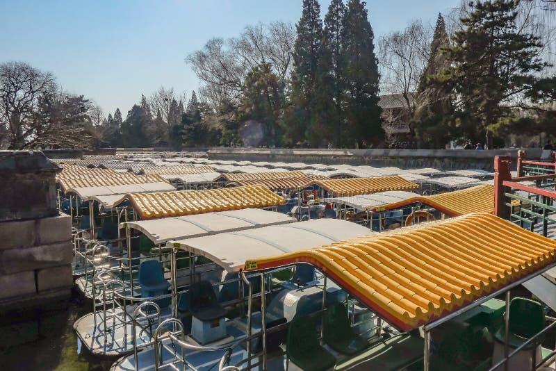 Крыша шлюпки в озере летнего дворца на городе Пекин стоковые изображения rf
