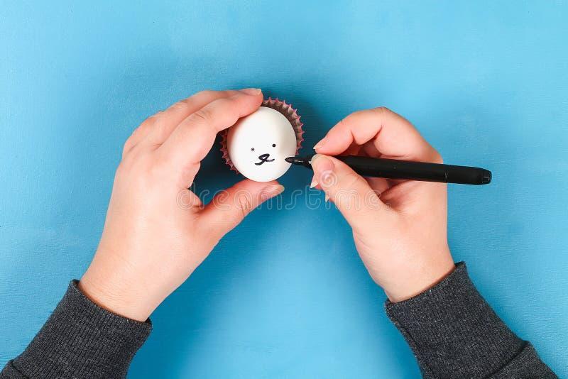 Кролик Diy от пасхальных яя на голубой предпосылке Идеи для подарка, оформление пасха, весна handmade стоковая фотография rf