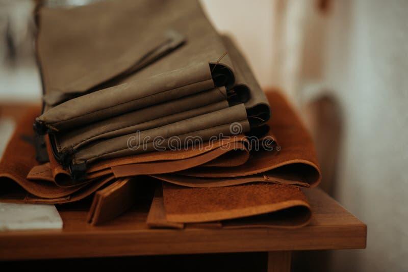 Кожаное ремесло или кожаная работа Выбранные части красиво покрашенной или загоренной кожи на работе кожаных craftman стоковые изображения