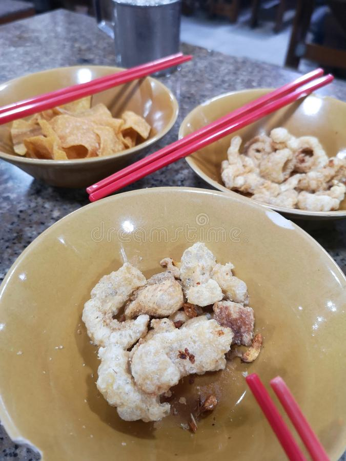 Кожура закуски свинины царапая хриплость и хрустящую еду wonton стоковое фото rf