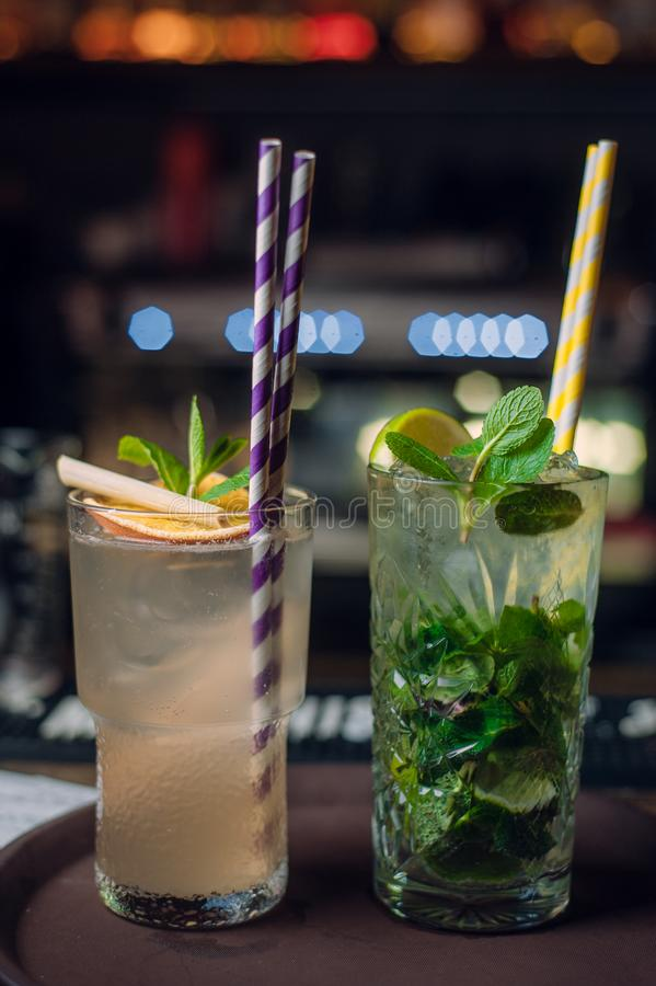 2 коктейля лета на счетчике бара с красочными выпивая соломами стоковые фото