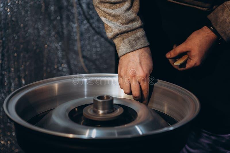 Колеса автомобиля сплава полируя процесс Алюминиевое восстановление оправ стоковые изображения