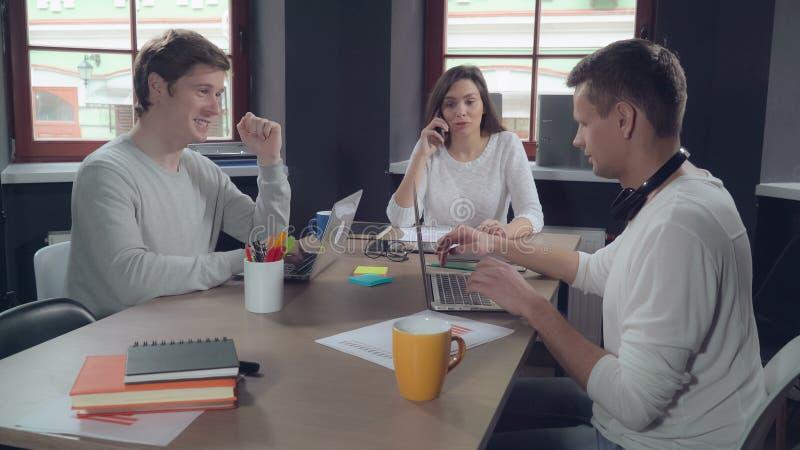 Коллеги поддержки Startup компании стоковые фото