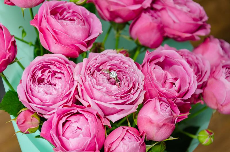 Кольцо в букете цветка с розовыми розами стоковая фотография rf