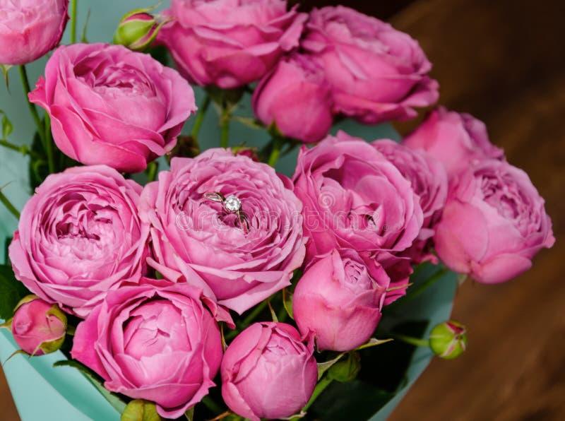 Кольцо в букете цветка с розовыми розами стоковое фото