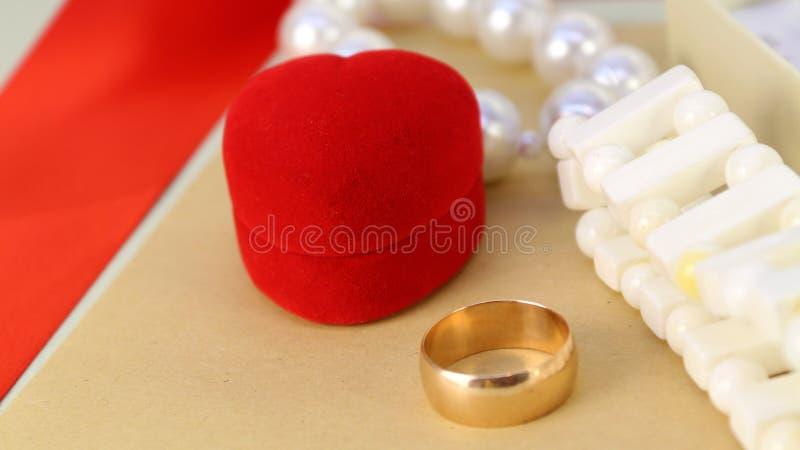 Кольцо золота с красной коробкой в форме на день Валентайн, Международный женский день, годовщина свадьбы, День матери, день рожд стоковые изображения rf