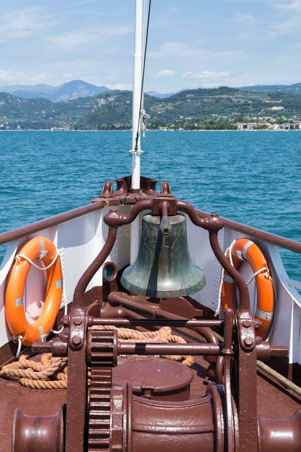 Колокол на смычке корабля на озере Garda в солнечном летнем дне стоковое изображение