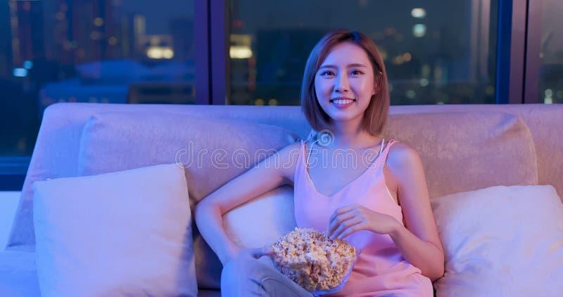 Комедия дозора женщины с попкорном стоковая фотография