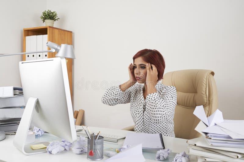 Коммерсантка в стрессе сидя на офисе стоковые фото