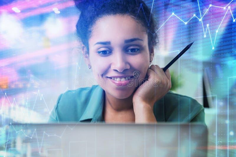Коммерсантка с ноутбуком, диаграммой стоковое фото