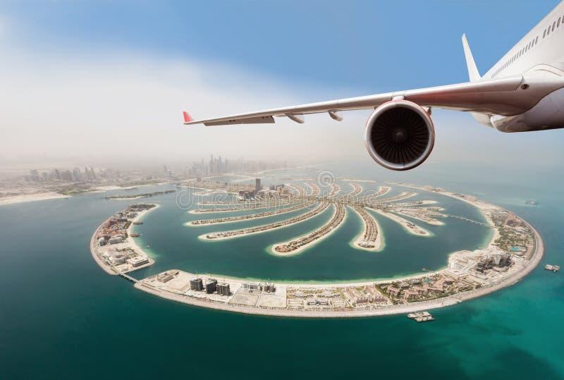 Коммерчески летание реактивного самолета над городом Дубай стоковое изображение rf