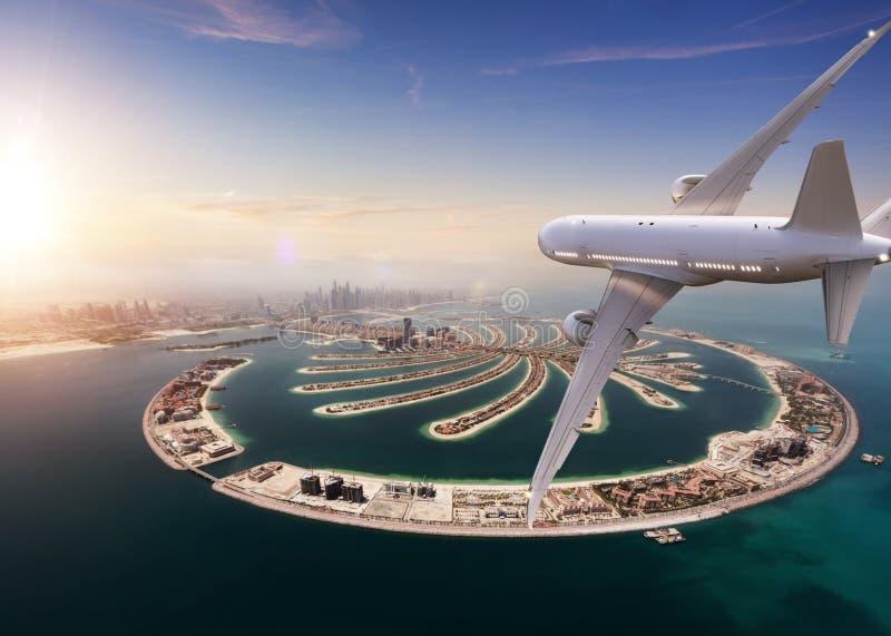 Коммерчески летание реактивного самолета над городом Дубай стоковое фото