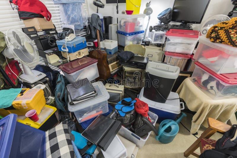 Комната Hoarder упакованная с коробками и объектами стоковые изображения rf
