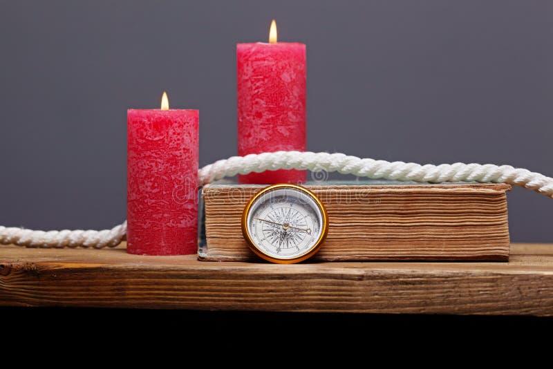 Компас на деревянном столе стоковое изображение