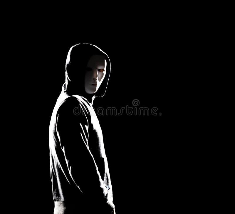 Компьютерный хакер в hoodie Затемненная темная сторона Похититель данных, очковтирательство интернета, darknet и концепция безопа стоковые изображения