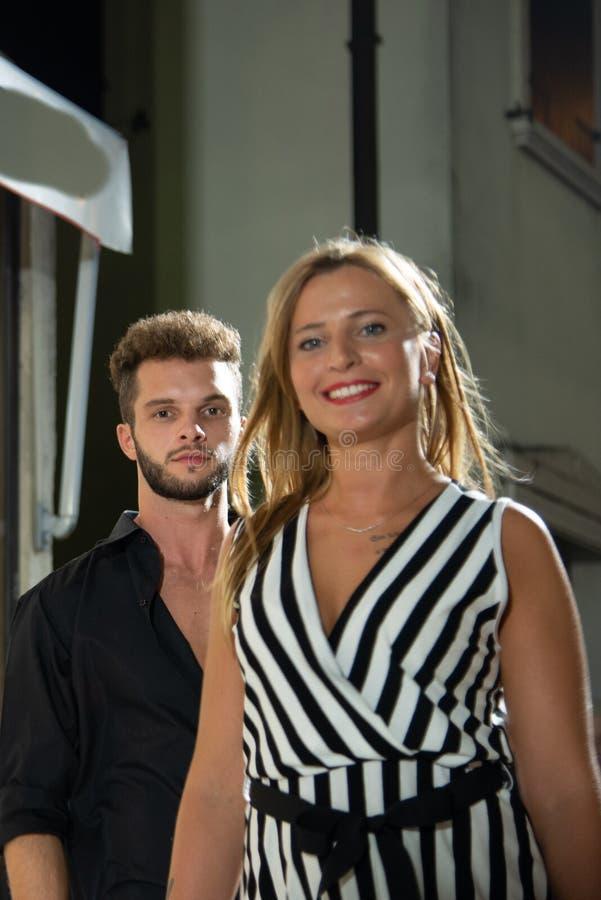 Конец-вверх белокурой усмехаясь девушки и мальчика с бородой стоковое изображение rf