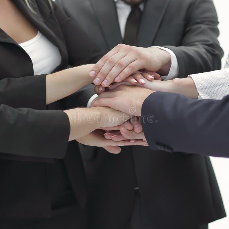 конец вверх группа в составе бизнесмены положила их руки совместно стоковое фото