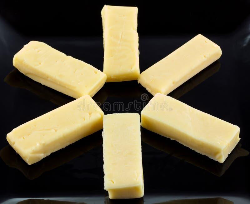 Конец вверх 6 из небольших частей сыра чеддера стоковая фотография