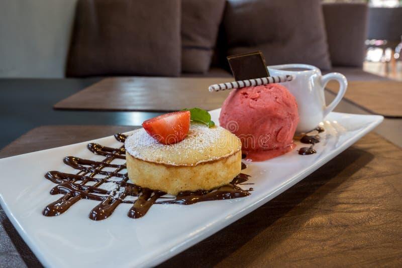 Конец вверх по белому торту лавы шоколада служил с мороженым и соусом клубники стоковое фото rf