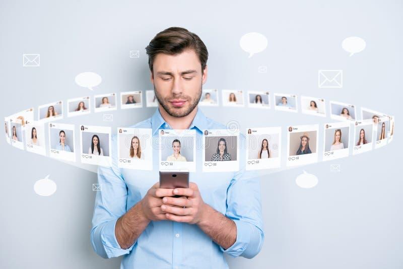 Конец вверх по портрету серьезному успешный он его он sms телефона владением менеджера печатая отправляя SMS дамам иллюстрация из иллюстрация штока