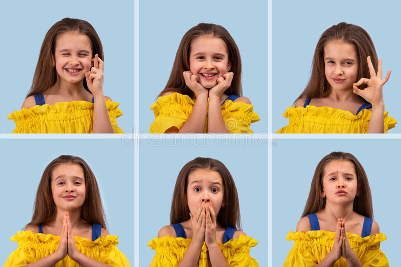 Конец вверх по различным эмоциональным портретам молодой белокурой усмехаясь девушки нося желтые sundress на голубой предпосылке, стоковое фото