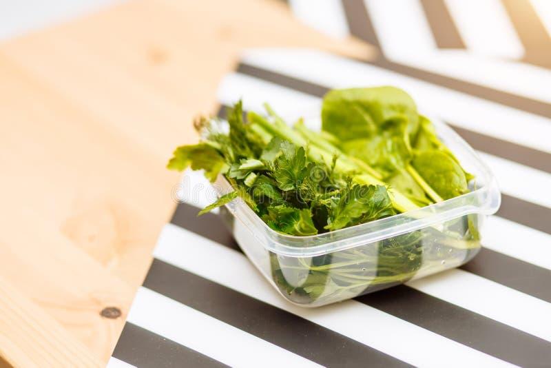 Конец-вверх свежих зеленых трав для салата в контейнере стоковое фото rf
