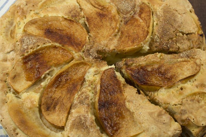 Конец-вверх яблочного пирога с большими кусками яблок и отрезанной части стоковые изображения