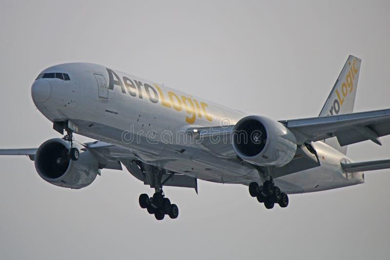 Конец-вверх AeroLogic Боинга 777F пока приземляющся стоковые фото