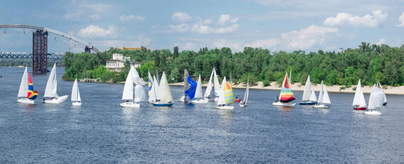 Конкуренция регаты на плавании реки озера плавает на яхте шлюпки с белыми ветрилами и gennakers, отразили облака неба стоковое фото