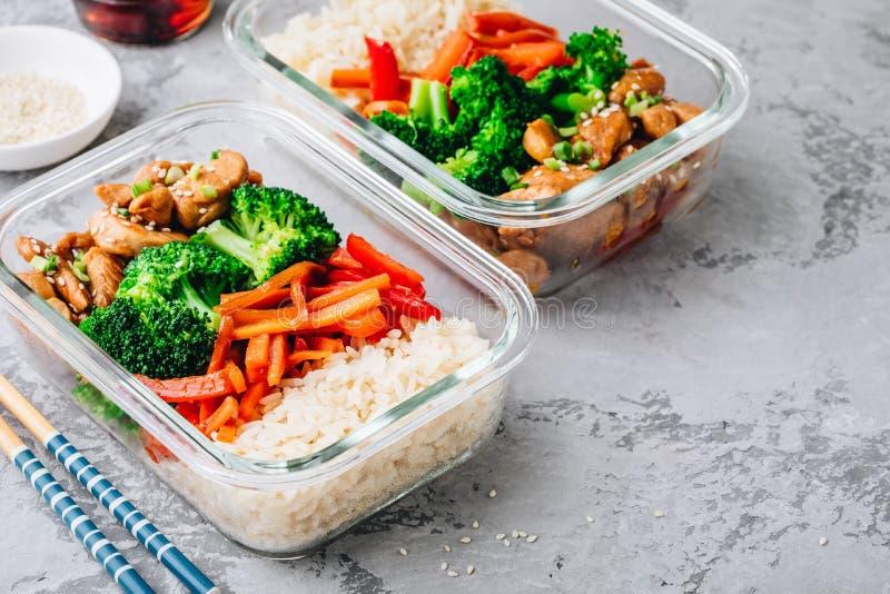 Контейнеры коробки для завтрака приготовления уроков еды teriyaki цыпленка с брокколи, рисом и морковами стоковые фото