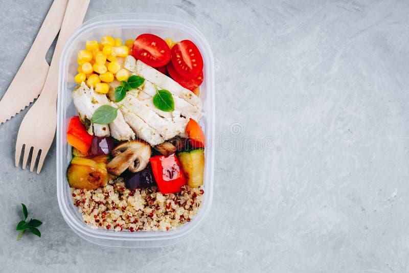 Контейнеры приготовления уроков еды с квиноа, зажаренными овощами и цыпленком стоковое фото