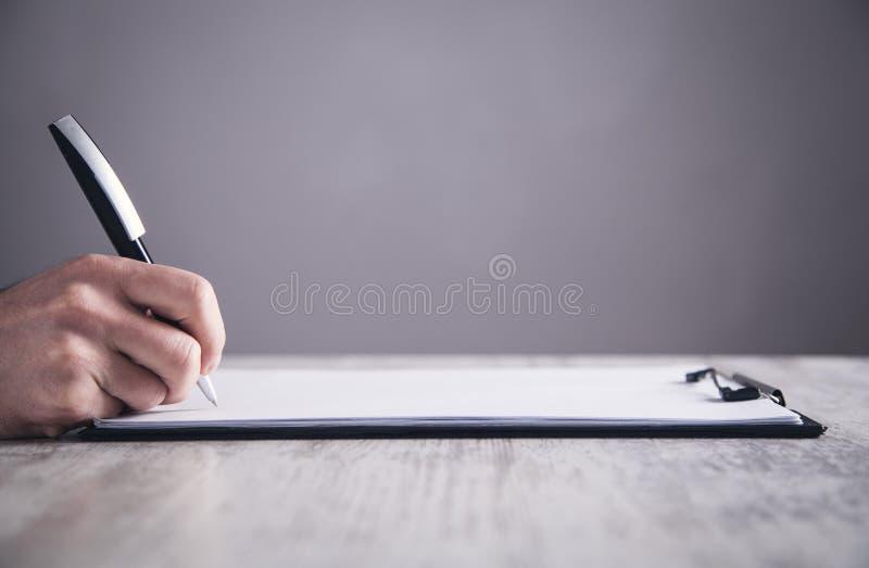 Контракт руки подписывая общайтесь делать владение домашнего ключа принципиальной схемы дела золотистое достигая небо к стоковое изображение rf
