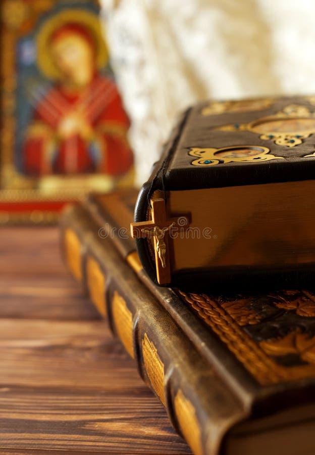 Концепция веры и вероисповедания Пригодный для носки деревянный крест висит на библии За тканями для обряда крещения и стоковые фотографии rf
