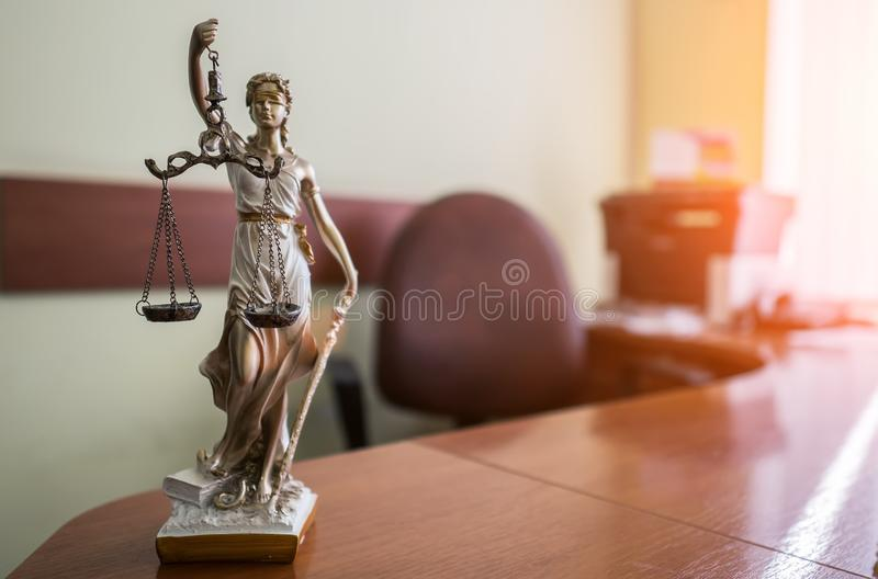 Концепция закона и правосудия Мушкел судьи, книги, весы правосудия Тема зала судебных заседаний стоковое фото