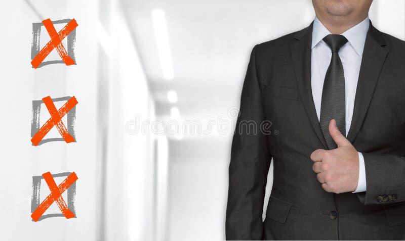 Концепция и бизнесмен контрольного списока с большими пальцами руки вверх стоковые изображения rf