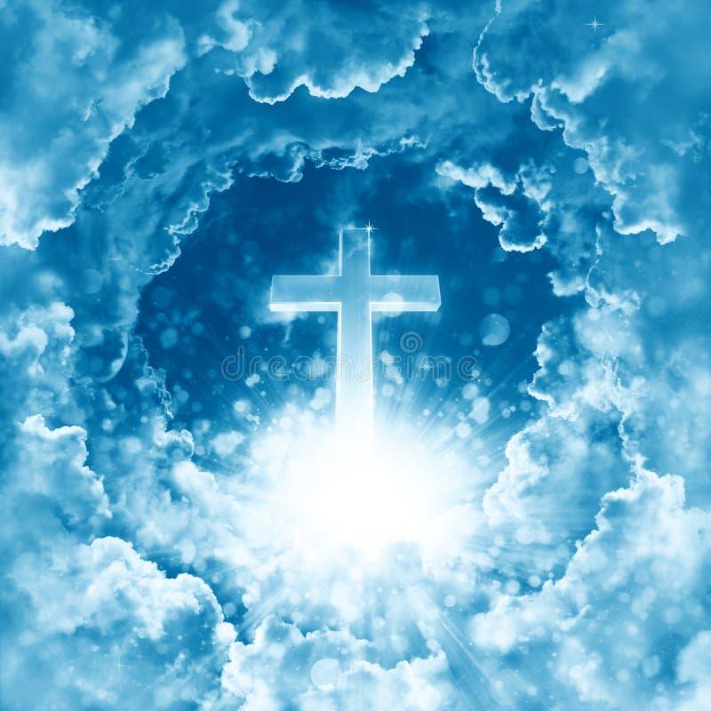 Концепция креста христианского вероисповедания светя на предпосылке драматического облачного неба Божественный сияющий рай, свет  стоковое изображение rf