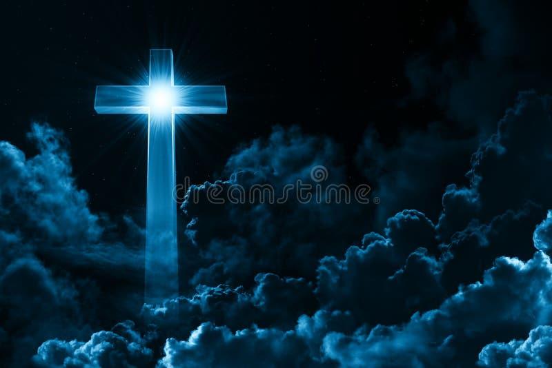 Концепция креста христианского вероисповедания светя на предпосылке пасмурного ночного неба Темное небо с крестом и облаком Божес стоковые изображения